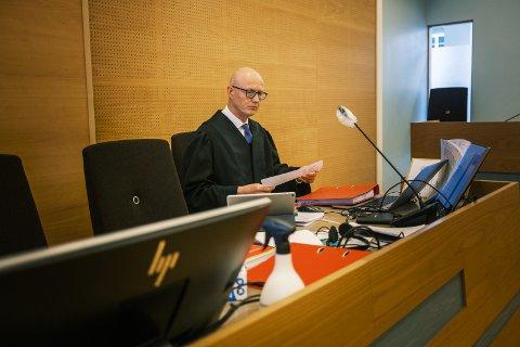 Statsadvokat Folke Åmlid har tatt ut tiltalen mot 49-åringen og fører sjøl straffesaken i Haugaland tingrett. Mannen har innrømmet overgrep mot fem barn, men nekter straffskyld for trusler til voldtekt.