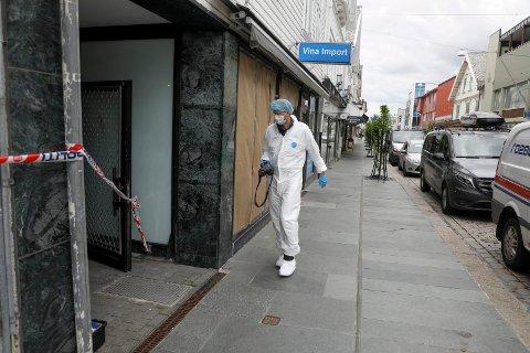 UNDERSØKES: Krimtekniker fra politiet var på plass i Haraldsgata 205 onsdag ettermiddag for å gjøre undersøkelser.