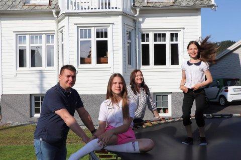 FAMILIEHJEMMET:  Fra v: Kamil Karol Galazka, eldste datter Tatiana, Natalia Kondarewiz og yngste datter Liliana foran hjemmet i Haugesund.