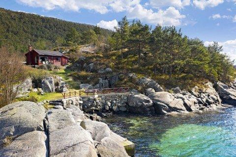 ELDRE HYTTE: Hytta er fra 1959, men eiendommen er på sju mål og ligger helt i sjøkanten. Slik blir det budkrig av.