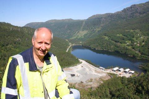 STEIN PÅ STEIN: Byggjeleiar Terje Sandvik i SKL med godt utsyn over den største av i alt tre steintippar som er godkjent under kraftutbygginga i Litledalen. All masse som blir sprengt ut av tilkomsttunnelen frå Hardeland og inn til den nye kraftstasjonen fleire kilometer inn i fjellet skal deponerast her - opphaveleg 180.000 kubikkmeter.. No blir det sannsynlegvis meir, ettersom SKL og entreprenør YIT må bora seg inn ytterlegare 450 meter for å finna «fast nok grunn» for den nye kraftstasjonen.