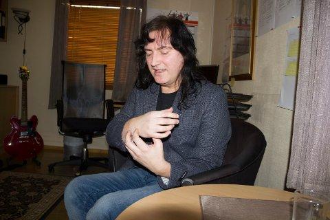 SLITER FORTSATT:  - Jeg er venstrehendt og sliter fortsatt med hånden, men nå har jeg lært meg nye instrumenter, sier gitarist og kulturhusleder Roger Pedersen.