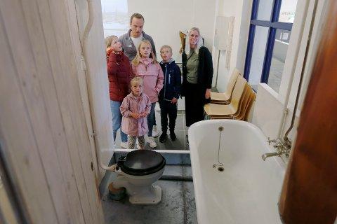 PÅ BESØK: - Vi er på bybesøk og har tatt en tur innom Karmsund Folkemuseum, sier ekteparet Bård Helge og Sølvi Langelandsvik fra Åkra. Her har vi Birgith Simonsen til venstre og søsknene Emma, Andreas og Agnethe Langelandsvik,