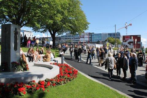 MINNEMARKERING: Torsdag skal Haugesund minnes ofrene for terrorangrepene 22. juli ved minnesmerket i parken ved rådhuset. Slik så det ut på samme dato i fjor.