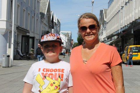 FERIE: Henrik Innvær (12) og Christina Aamelfot er på ferie i Haugesund. De synes det er lite trafikk i Haraldsgata lørdag formiddag.