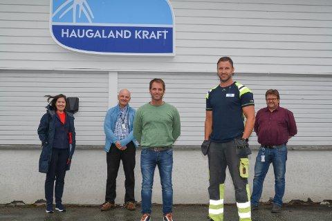 GLADE: Denne gjengen er glade for at fusjonen mellom Haugaland Kraft og Fjelberg Kraftlag endeleg er gjennomført: F.v.: Gunn Margareth Lassesen, Magne G. Bratland, Trond Gudding, Ingolf Sjo og Richard Skorpen. På Bjoaneset er det i dag lite som minnar om gamle dagar, og Haugaland Kraft sin logo er på plass på både bygningar og bilar.