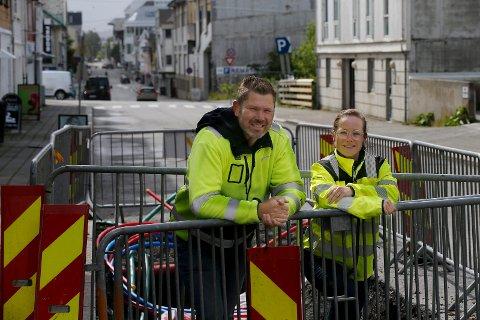 Avdelingsleder for teknisk enhet vei, Kjetil Lindanger og konsulent Hege Berggreen Førland foran en del av veiarbeidet som har pågått i Grønhauggata/Sørhauggata nord i Haugesund.