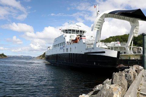 I HARDT VÆR: Ferjen MF «Bømlafjord» trafikkerer strekningen Langevåg-Buavåg. På dette bildet skinner solen, men det skal for lite til før avgangene innstilles pga tåke, mener pendler Kristian Eidesvik.