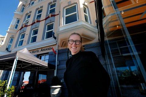 GOD SOMMER:  Hotelldirektør May-Lise Holden ved Hotel Amanda venter mange gjester i sommer.