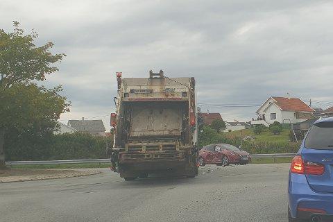 KRASJ: En søppelbil kjørte i 12.45-tiden torsdag inn i siden på en personbil like ved Oasen.