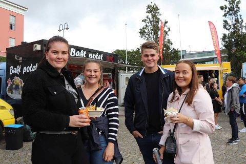 PÅ STREETFOOD: - Kjekt å prøve forskjellige ting, mener Mathilde Husaas (21) fra Haugesund (f.v). Hun var på Rådhusplassen sammen med Edel Kallevik Nornes (20) fra Kopervik, Torfinn Mandius Alvestad (21) fra Bokn og Hanne Bore (20) fra Stord.