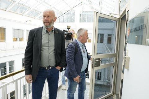 Fellesforbundets leder Jørn Eggum (t.h.) og Norsk Industris leder Stein Lier-Hansen på vei inn til et møte med riksmekler Mats Wilhelm Ruland tirsdag.
