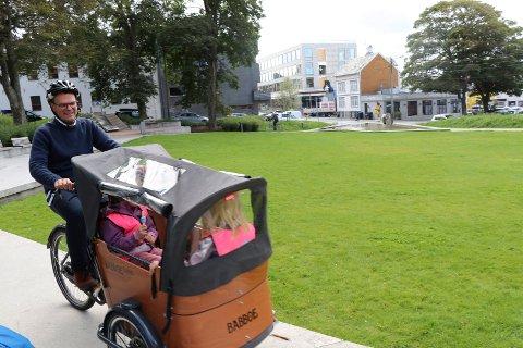 TESTTURER: Arrangementsansvarlig Alf H. Aronsen sykler på barnehagebarn fra Anna Nilssens Minne barnehage under lanseringen tirsdag. Fra 1. september kan du låne el-transportsykler på Haugesund Folkebibliotek.