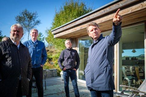 Sverre Johan Øveraas viser tingrettsdommer Per Annstein Aarvik (t.v.), advokat Sturla Vik Vestly og Martin Larsen hvor lekkasjen på hemsen hadde sitt utspring.