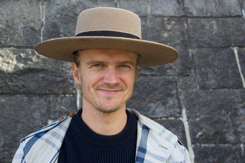 KAN SMILE: Odin Staveland har avlyst over 50 jobber på grunn av korona, og får nå 190.000 kroner i støtte og kompensasjon.