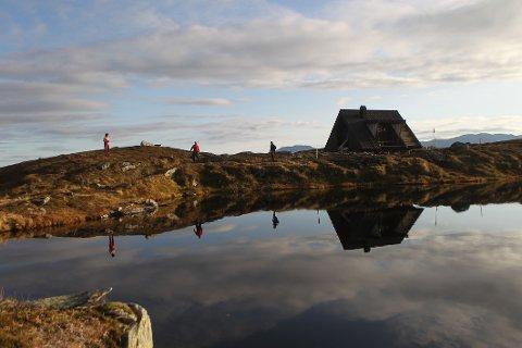 UTSIKT: Dagsturhyttene er et lavterskeltilbud, og det skal være enkelt for de aller fleste å gå dit. Her Steinkorsen-hytta i Naustdal.
