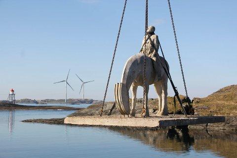 KVALSVIK: 16. mai 2019 ble den første hesten heist på plass. Lars Einar Hollund jobber å få hestene i Kvalsvik permanent i Haugesund.
