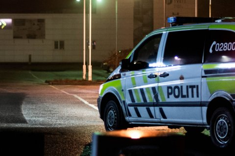 Politiet rykte ut etter melding om ein bil som hadde hamna på jordet på Halsnøy ved midnatt, natt til søndag.