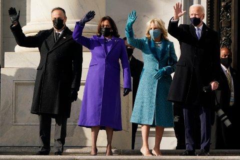 President Joe Biden (til høyre), førstedame Jill Biden, visepresident Kamala Harris og hennes ektemann Doug Emhoff (til venstre) vinker på toppen av trappen opp til Capitol Hill. Foto: J. Scott Applewhite / AP / NTB