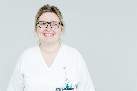 FIKK LITT BIVIRKNINGER: Elin Vårvik (40) er  fagsykepleier på lungeavdelingen og har fått første dose av koronavaksinen.