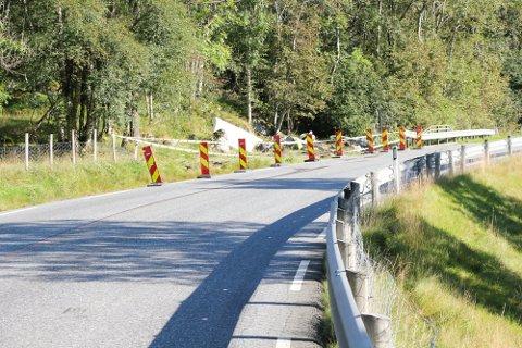 OMKOM: En lastebil veltet på ettermiddagen 25. august langs Stordalsvatnet. Sjåføren omkom i ulykken.