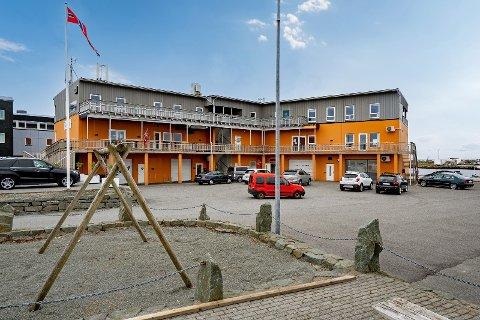 SOLGT: Det er toppetasjen i dette bygget på Åkra som nå er solgt. Om lokalene bygges om til leiligheter, eller beholdes som kontorer, er foreløpig ikke kjent.