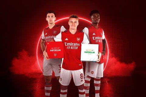 «GUNNERS»: Martin Ødegaard (i midten) viser fram Arsenal-utgaven av «Superclub». Her sammen med Kieran Tierney (t.v.) og Bukayo Saka.