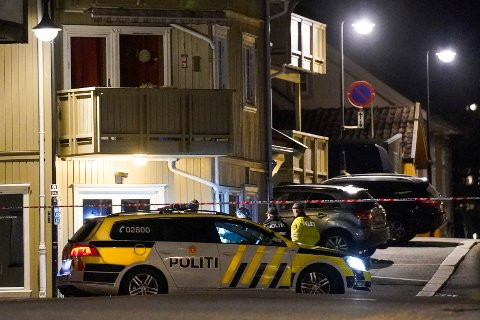Politiet på plass i Kongsberg sentrum etter angrepet onsdag.