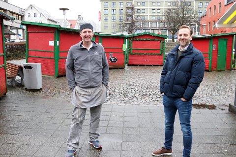 OPTIMISME: Nils Konrad Bua (t.h.) sier det sprudler hos de fleste nå, noe han tror vil merkes både på julemarkedet og i handelen ellers før jul. Her sammen med styremedlem Svein Arne Aksland ved julemarkedsplassen i fjor.