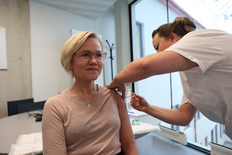 TOK VAKSINE: Helseminister Ingvild Kjerkol tok influensavaksine fredag.