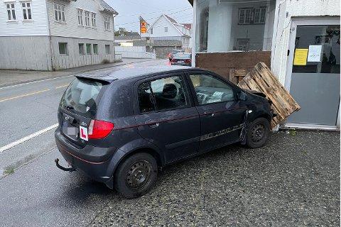 I HUSVEGGEN: Bilen kjørte inn i bygget hvor Frivillighetssentralen holder til i Skudeneshavn.