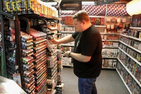FARGER OG PENSLER: Anders Langeland i avdelingen for utstyr hos Game Ninja i Haraldsgata.
