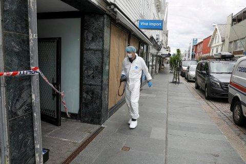 PÅ PLASS: Krimtekniker fra politiet på plass i Haraldsgata etter drapet.