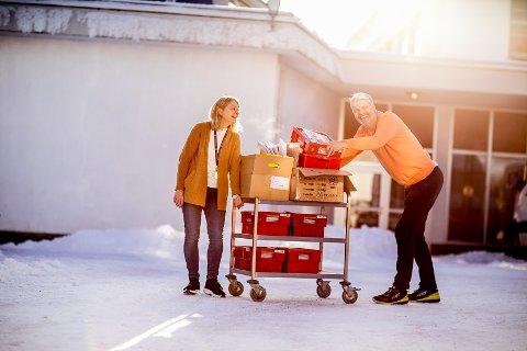 SENDER SVAR: Internatleder Siv Lande og lærer Gunnar Eide sender ut svar om skoleplass.