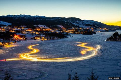 BILKJØRING: Bilbanen på isen i Osvågen.