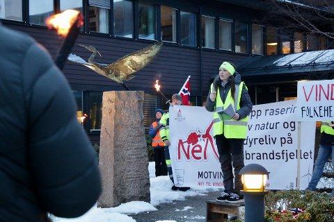 APPELL: Hildegunn Flengstad som er leder folkeaksjonen Nei til vindkraft i Tysvær holdt en appell da vindkraftmotstandere samlet seg til markering utenfor rådhuset i Aksdal.