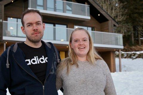 """TOK SATS: Charlotte (28) og Sølve (31) Mortveit tok en skikkelig sjanse da de ga seg i kast med å renovere """"tyrolerhuset"""" på Ersland i Skjold."""
