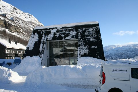 MIDT I SNØHOLA: Røldalsterrassen, her frå inngangen, er klar til utfartstoppar som vinterferier og tidleg påskeferie.