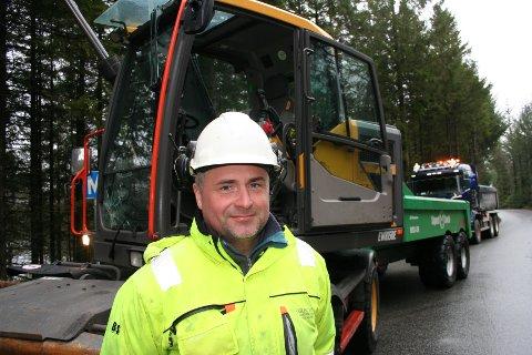 STARTA I DAG: Entreprenør Sigurd Søvik og hans folk frå Skjoldastraumen har fått oppdraget med å forlenga og byggja nye passeringslommer på vegen mellom Vikebygd og Skjold. (Foto: Sigmund Hansen).