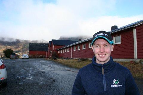 PÅ EIGEN GARD: Øystein Børve (18) har kjøpt denne fine garden på Gjerde, sentralt i Etne. Han vil satsa på ei framtid som mjølkebonde. (Foto: Sigmund Hansen).