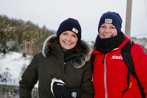 KLARE FOR KVELDSTUR: Helga Markhus og Ann Elisabeth Jensen benyttet seg av vinterens skiføre i Djupadalen tirsdag ettermiddag.