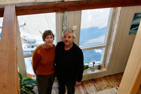 LIVET I SJØHUSET: Aud og Sigmund Lilleås har gjort om et gammelt sjøhus i Sagvåg til sin nye bolig.