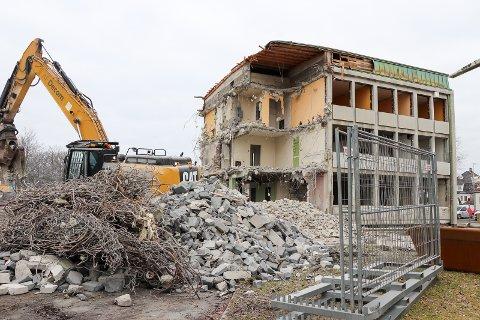 FORSVINNER: Restene av Flotmyr-terminalen regnes med å være borte i løpet av onsdagen.