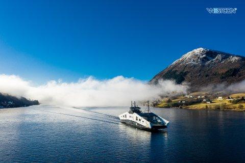 PRØVETUR: Her er den nye ferja på prøvetur i Ølen, der den er bygget. Nå skal den frakte passasjerer over Hjelmelandsfjorden og Ombofjorden.