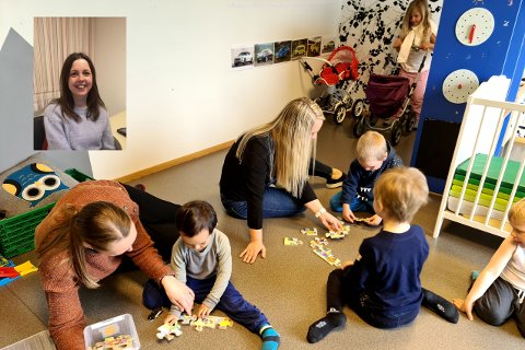 LITE SKJERM: I Vassbrekke FUS kulturbarnehage er de veldig bevisst på hvordan de bruker skjerm i barnehagen. Her legger pedagogisk leder Annbjørg Taranger Vestvik og styrer Ingrid Marie Friestad puslespill sammen med noen av barna. Oppe til venstre er Marie Gjerdevik Nilsen.