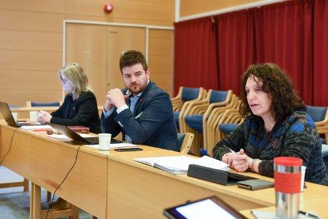 TILLIT: Varaordførar Hilde Enstad (Ap, t.h.) seier ho har tillit til kommunedirektør Ragnhild Bjerkvik (heilt t.v.), men at politikarane må gripa inn når dei er uroa for om politiske vedtak blir følgde opp. (Arkivfoto)