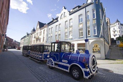 BLÅ TOG: De blå bytogene til Jenny Hatlehol AS trafikkerer allerede bygatene i Ålesund. Nå utvider selskapet til Haugesund, Oslo og Trondheim.