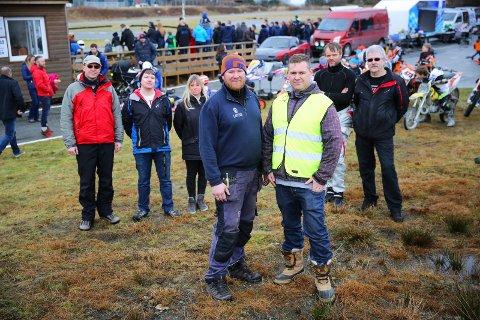 STÅR PÅ VIDERE: Fjord Motorpark-sjef Audun Gaard (t.h.) i front sammen med Frode Lie (t.v.) og andre tilhengere.