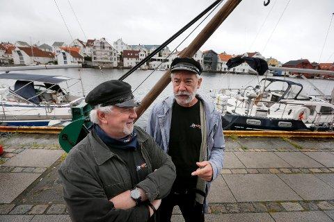 INGEN FEST PÅ KAIEN: Tor Otto Nilsen (t.v.) og Thor Solberg Stensen må vente til neste år før det igjen blir Havnedager på Indre kai. Dette bildet ble tatt i forkant av Havnedagene i 2019.