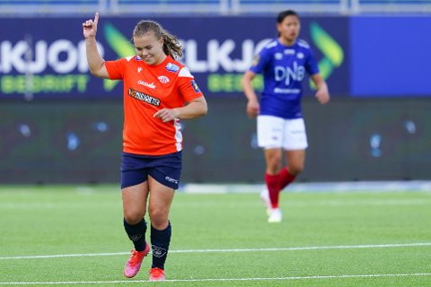 SCORET PÅ LANGSKUDD: Olaug Tvedten jubler etter scoring under Toppseriekampen i fotball for kvinner mellom Vålerenga - Avaldsnes på Intility Arena i Oslo.